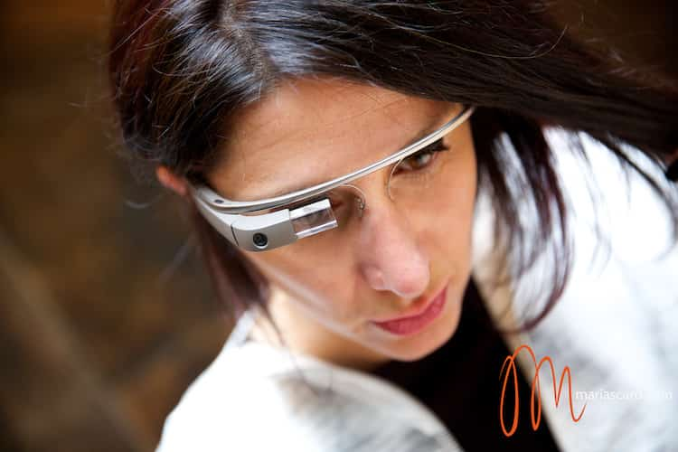 Gracie Opulanza trying on Goggle GLass Mayfair Hotel London (4)