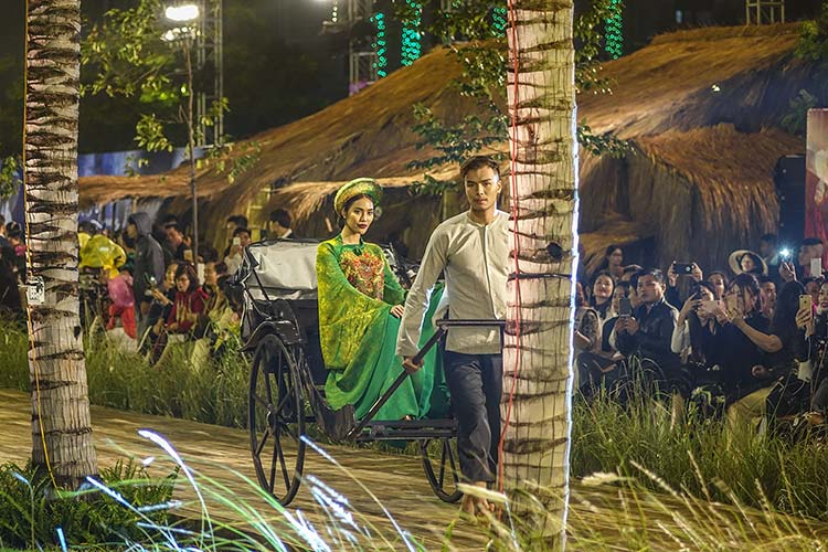 Hoi An Vietnam – Water Front Fashion Show By Night